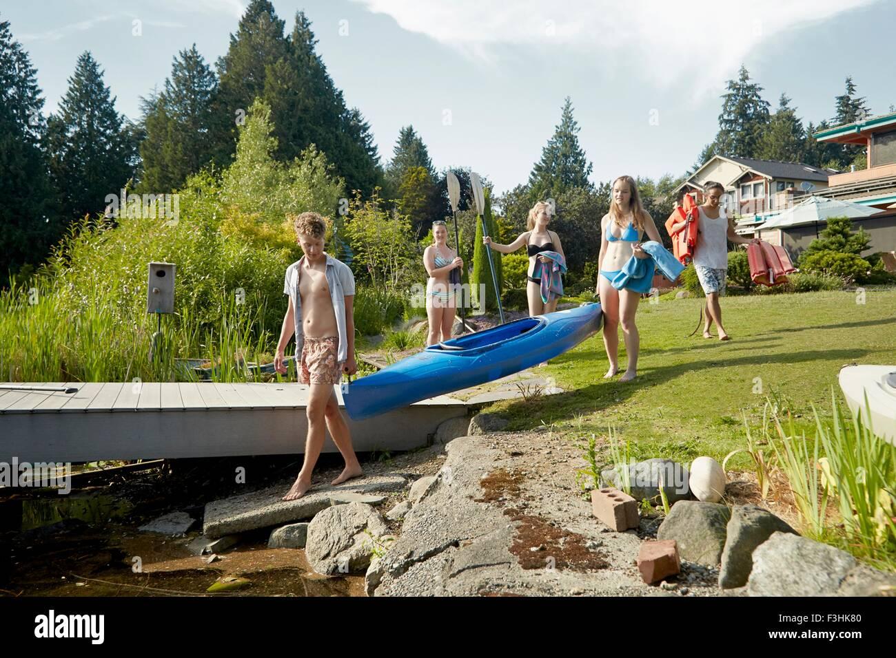 Amigos ir canotaje en el lago, Seattle, Washington, EE.UU. Imagen De Stock