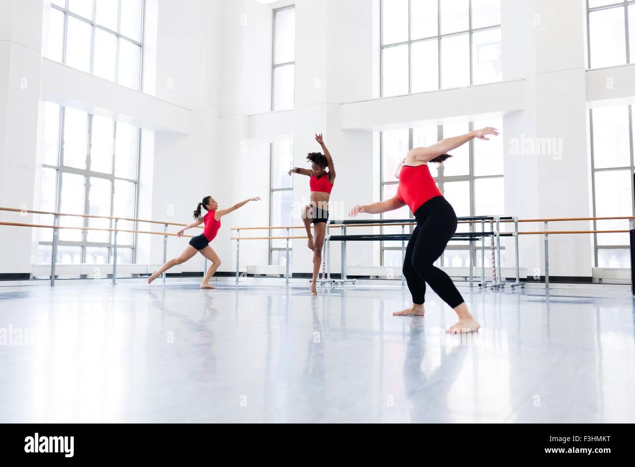 Las mujeres jóvenes en el estudio de baile baile Imagen De Stock