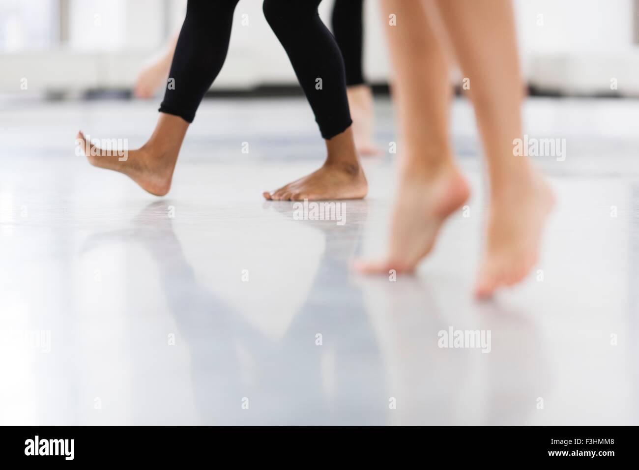 Piernas y pies desnudos de mujeres jóvenes bailarines bailando Imagen De Stock