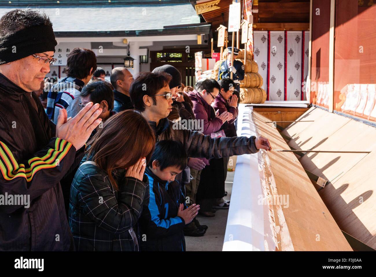 Izanagi e Izanami, los Adán y Eva japoneses Japon-nishinomiya-santuario-sintoista-personas-que-rezan-en-el-hatsumode-haiden-durante-en-ano-nuevo-shogatsu-f3j0aa