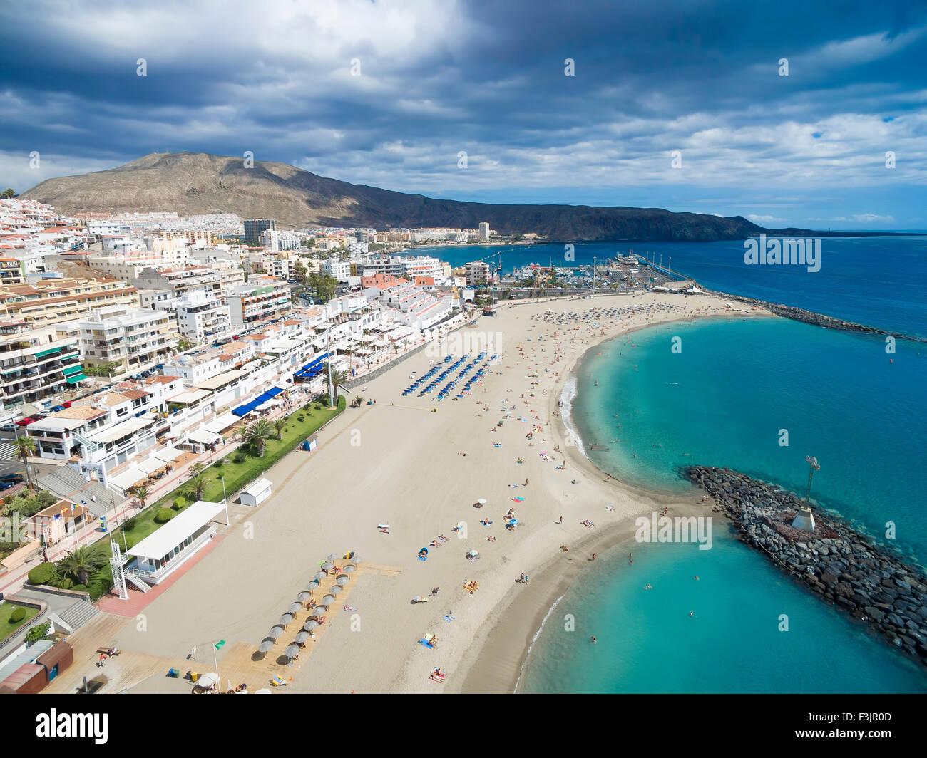 Hermosa toma aérea a través de Los Cristianos playa (playa de las América), la isla canaria de Tenerife, Imagen De Stock