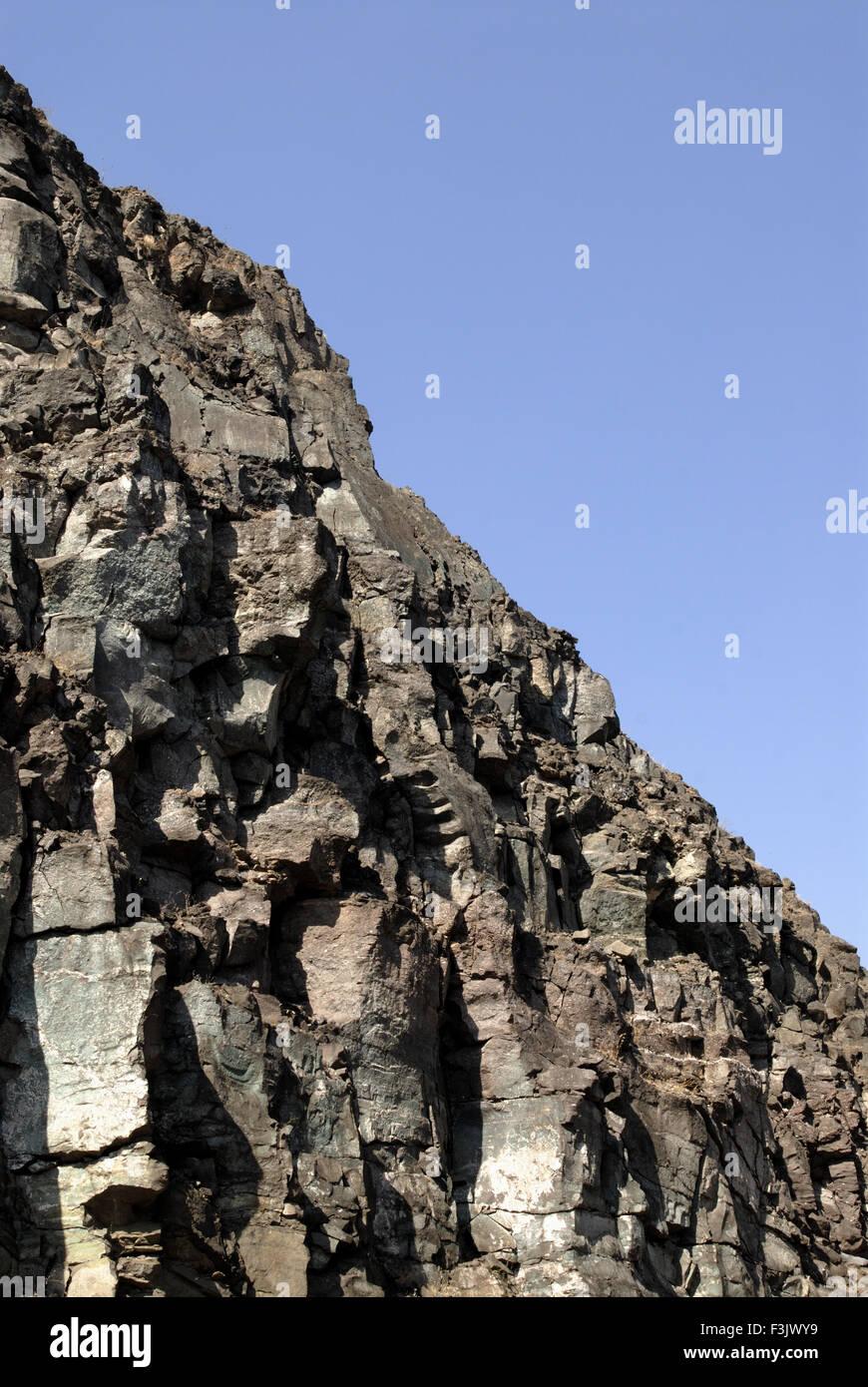 Colina de hard rock en Otur Chilhewadi Taluka Distrito Junnar Pune India Maharashtra Foto de stock