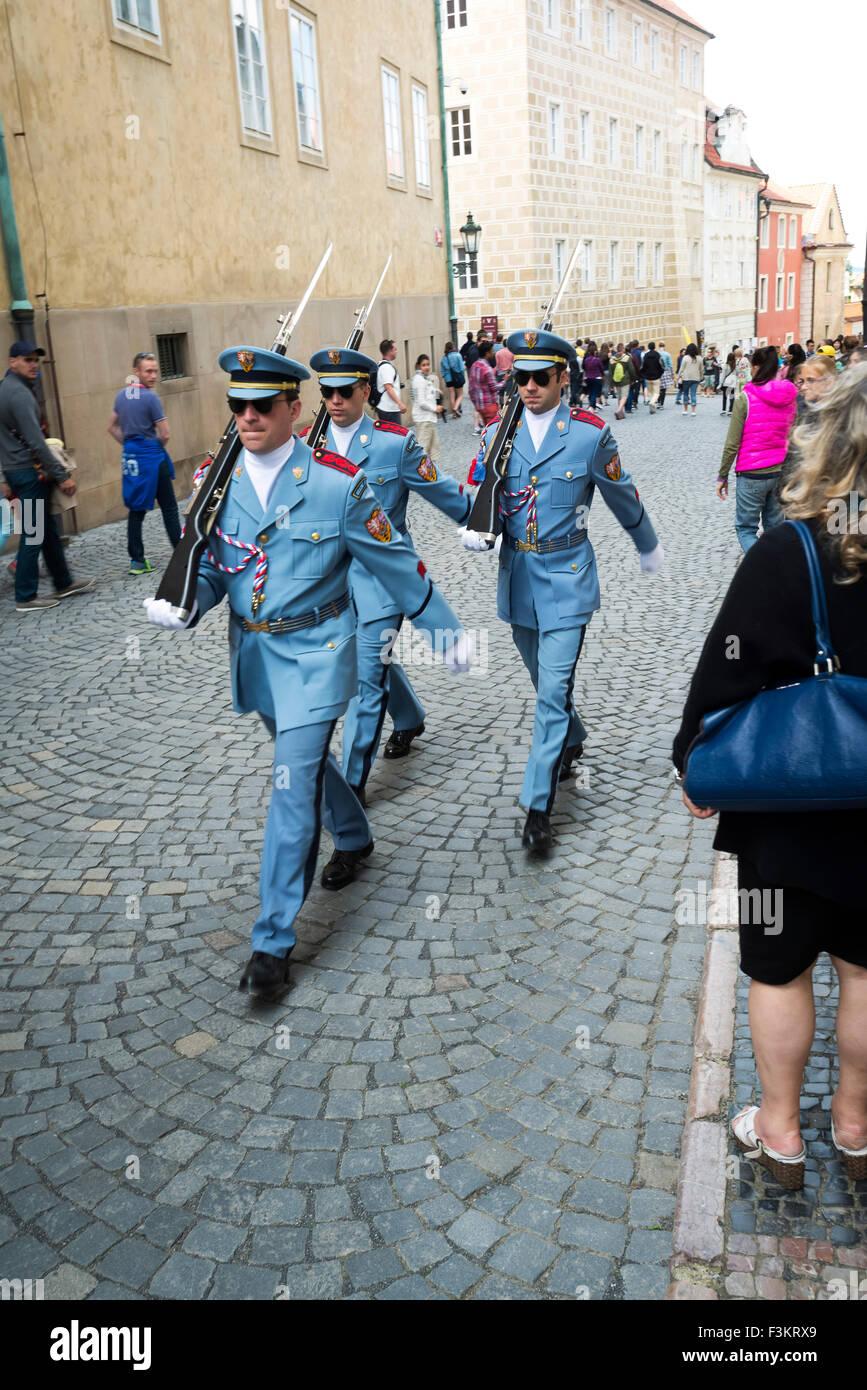 Los soldados checos en el castillo de Praga, Praga, República Checa Foto de stock