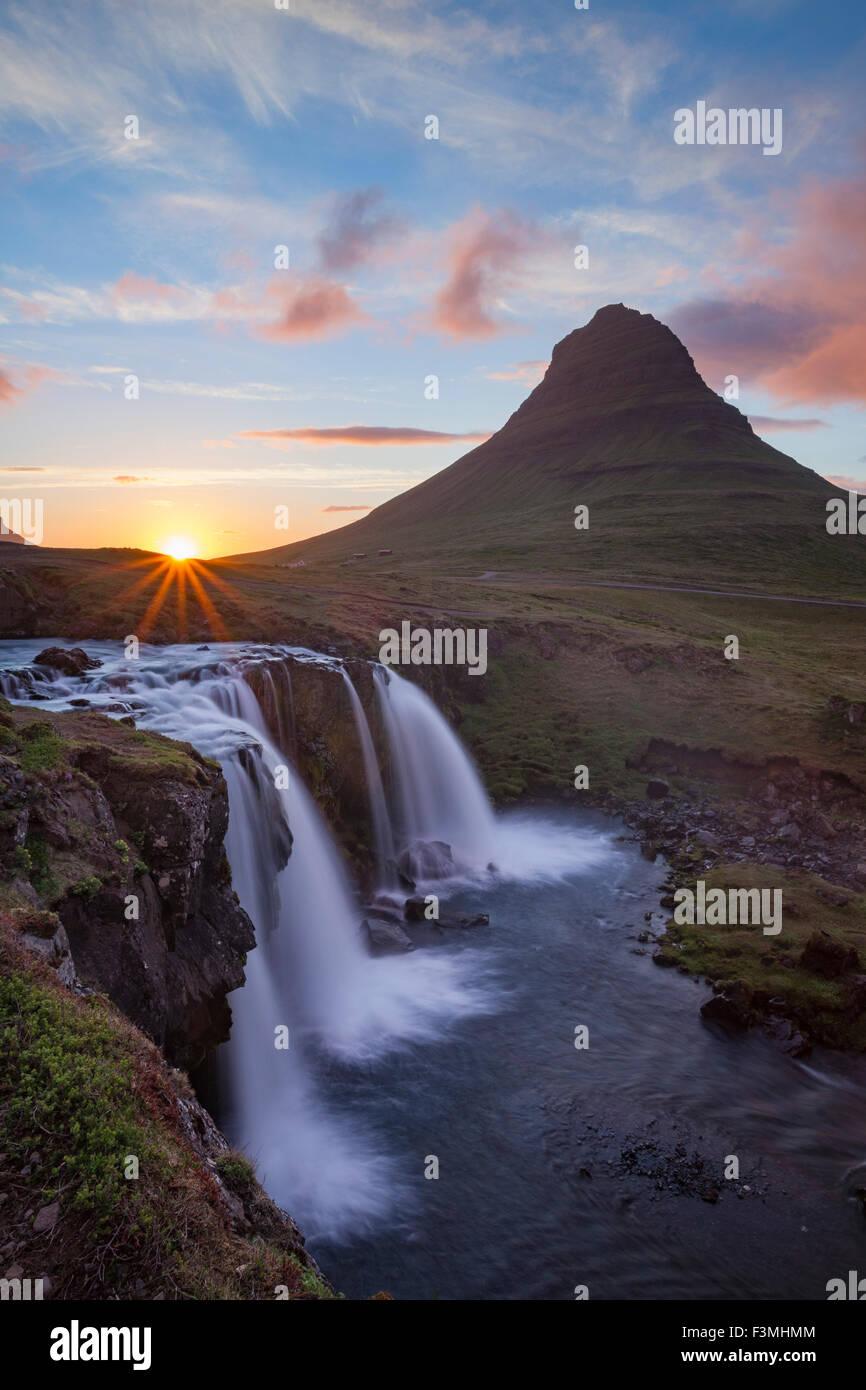 Atardecer en la montaña Kirkjufell y cascada, Grundarfjordur, península de Snaefellsnes, Vesturland, Islandia. Imagen De Stock