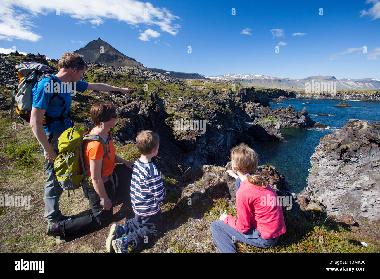 En la familia Hellnar-Arnarstapi ruta costera, de la península de Snaefellsnes, Vesturland, Islandia. Imagen De Stock
