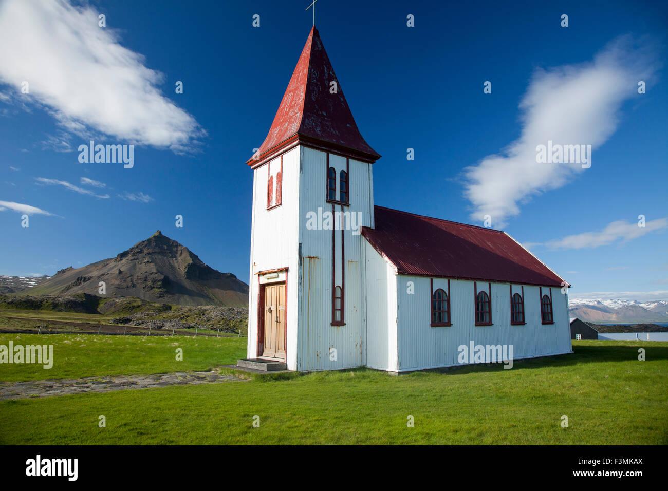 Iglesia Hellnar, la península de Snaefellsnes, Vesturland, Islandia. Imagen De Stock