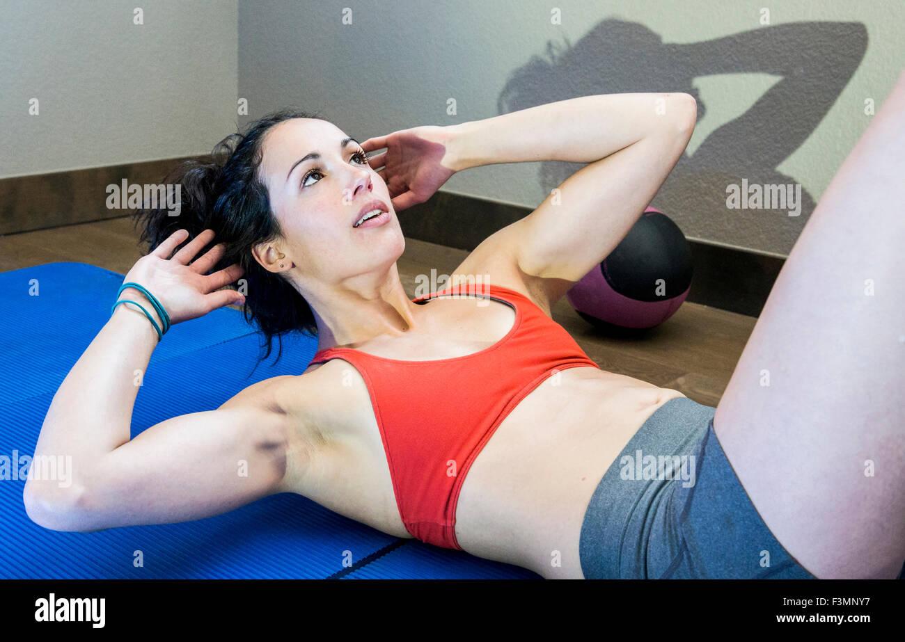 Los jóvenes, montar su núcleo de capacitación femenina músculos Imagen De Stock
