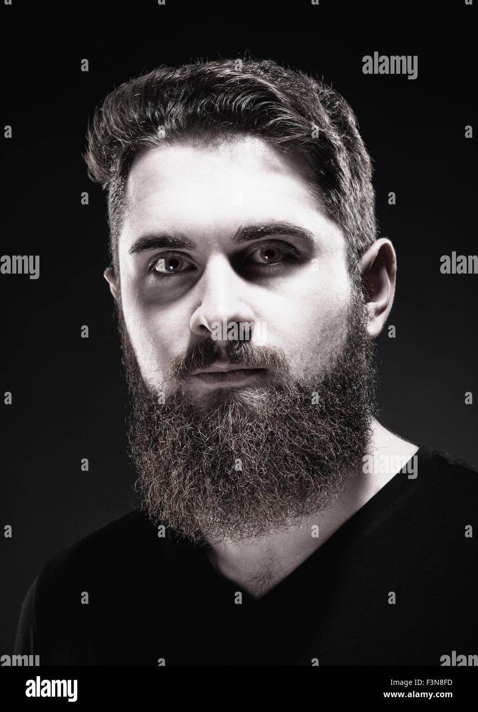 Retrato de una adolescente Hipster con barba Imagen De Stock