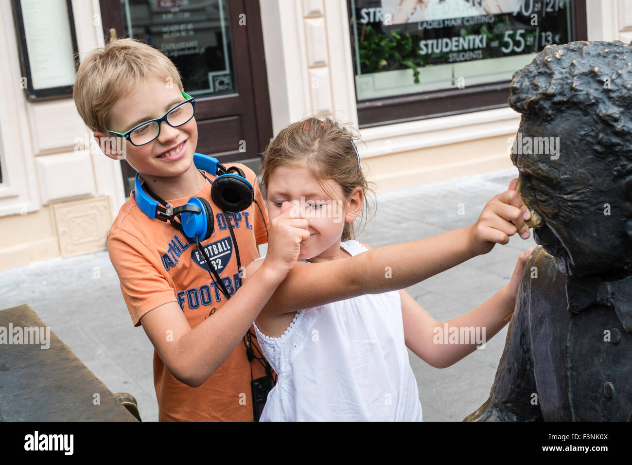 Hermana hermano 6 7 8 9 10 jugar disfrutar de Lodz, Polonia Imagen De Stock