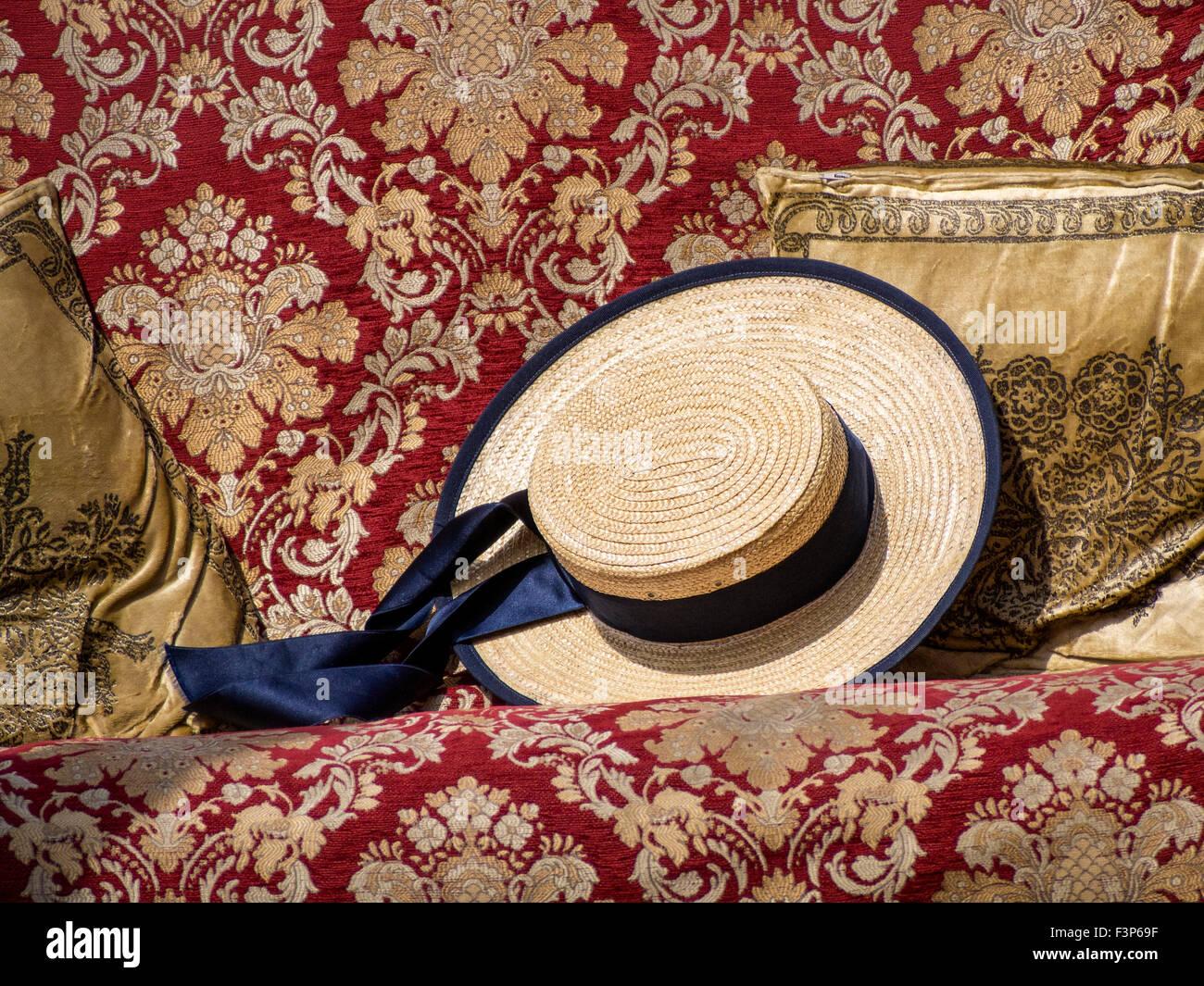Venecia  sombrero de paja pertenecientes a Gondolero sentando en el asiento  en góndola en Venecia 7387f69ecc6