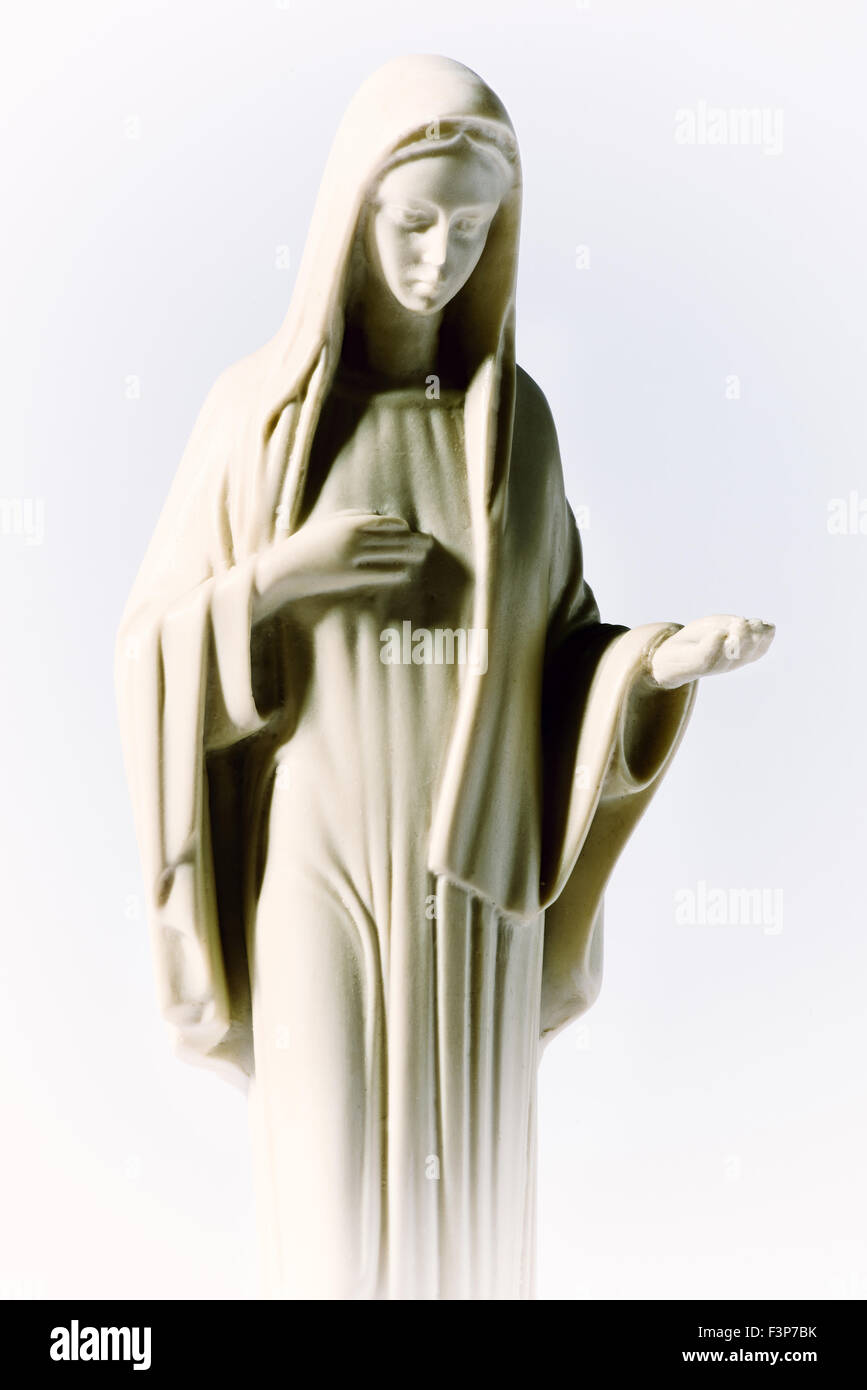 La estatua de la Virgen María sobre un fondo blanco. Imagen De Stock