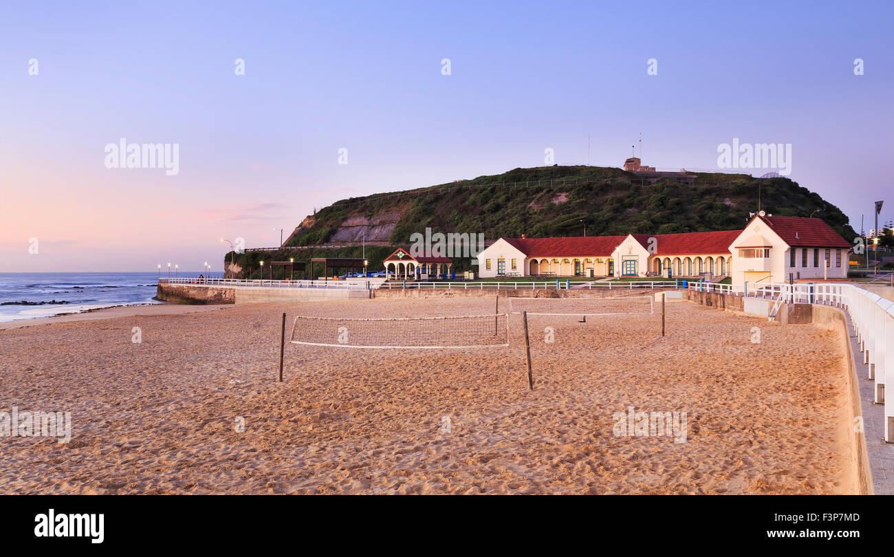 Playa de arena limpia en Newcastle, Australia, en cabeza Nobbys al amanecer cuando nadie jugando voleibol de playa Imagen De Stock