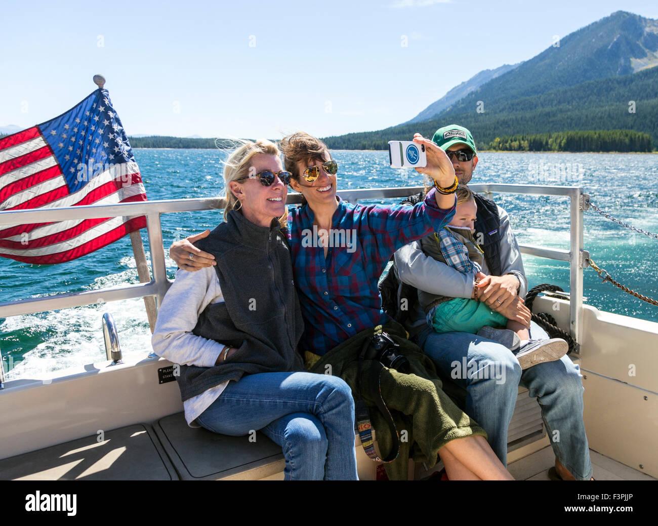 Teniendo familia selfie imagen en barco turístico; el Lago Jackson; parque nacional Grand Teton, Wyoming, EE.UU. Imagen De Stock