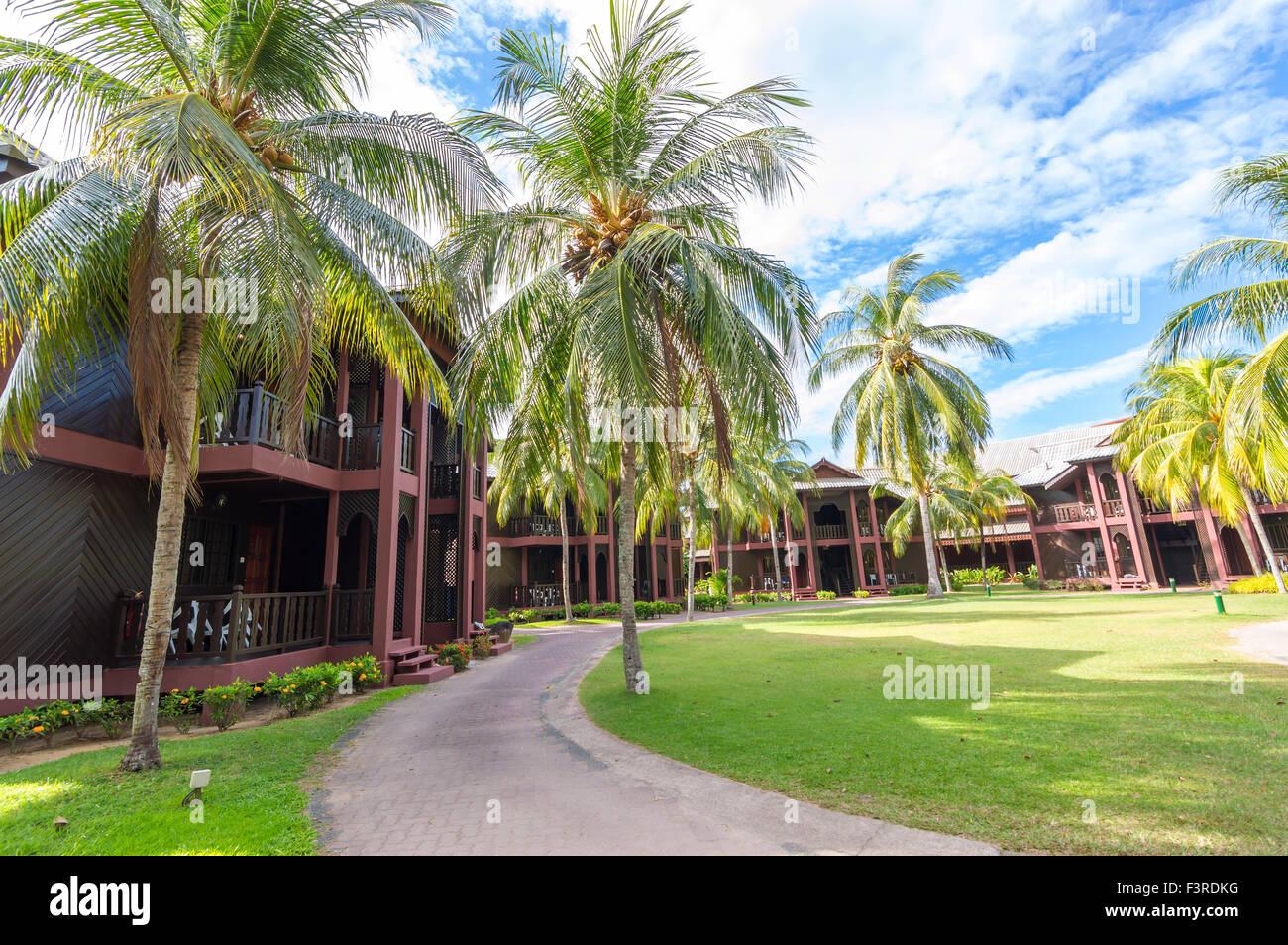 TIOMAN, Malasia, 14 de junio de 2014 : Vista del chalet en el Berjaya tiempo Resort con cielos azules. Este es un Foto de stock