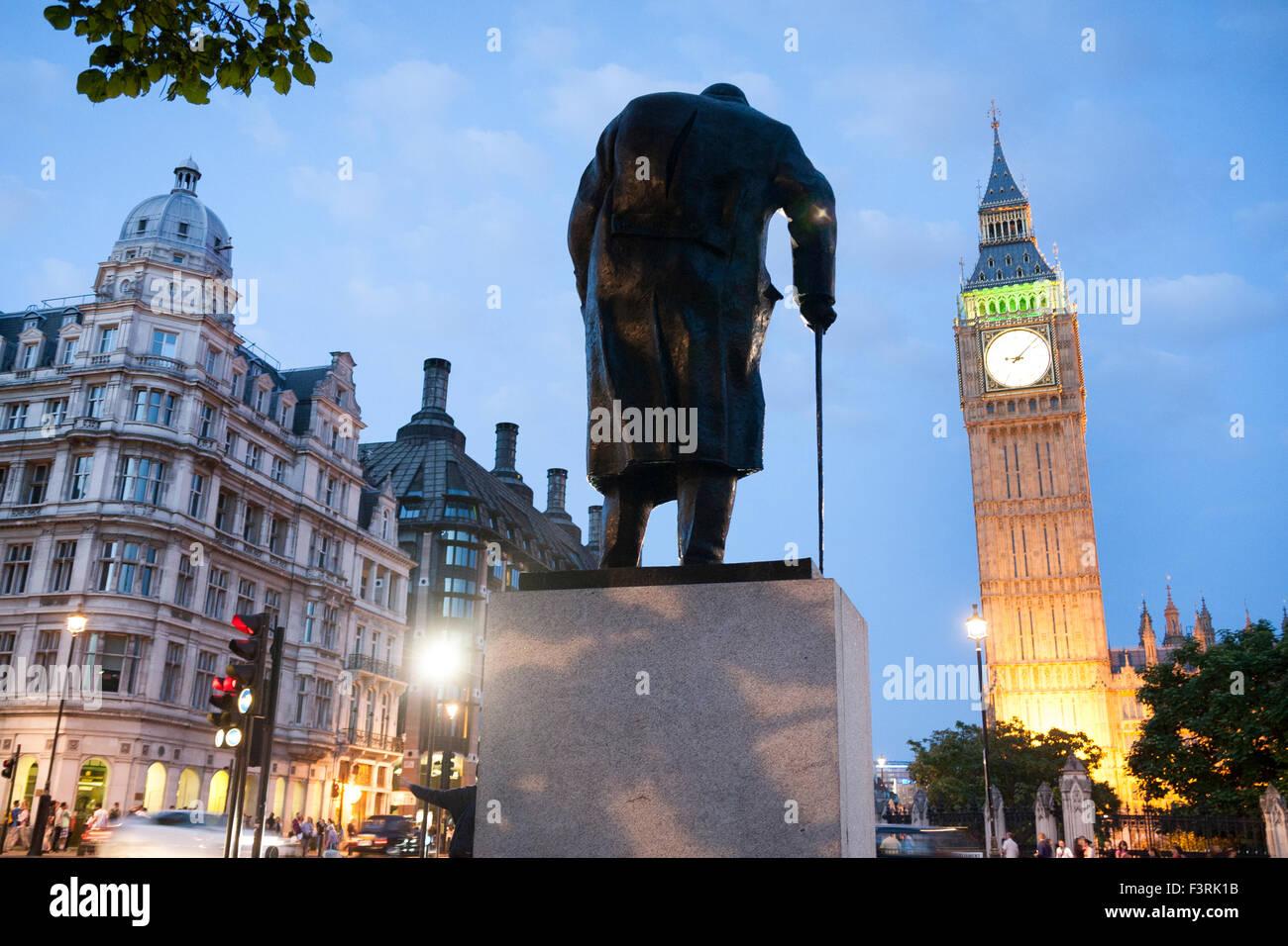 El Big Ben y la estatua de Winston Churchill, Westminster, Londres, Reino Unido. Imagen De Stock