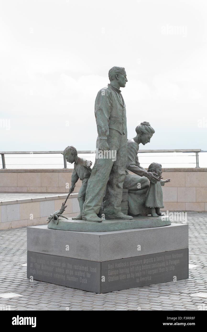 Hull Marina - Inmigrantes estatua de Neil Hadlock Foto de stock