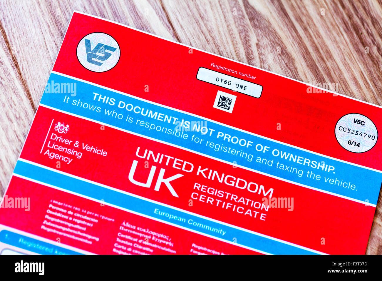 V5c coche documento certificado de registro de libro de registro de la prueba de propiedad del propietario uk inglaterra agencia de licencias de conducción de la UE dvla euro rojo Foto de stock
