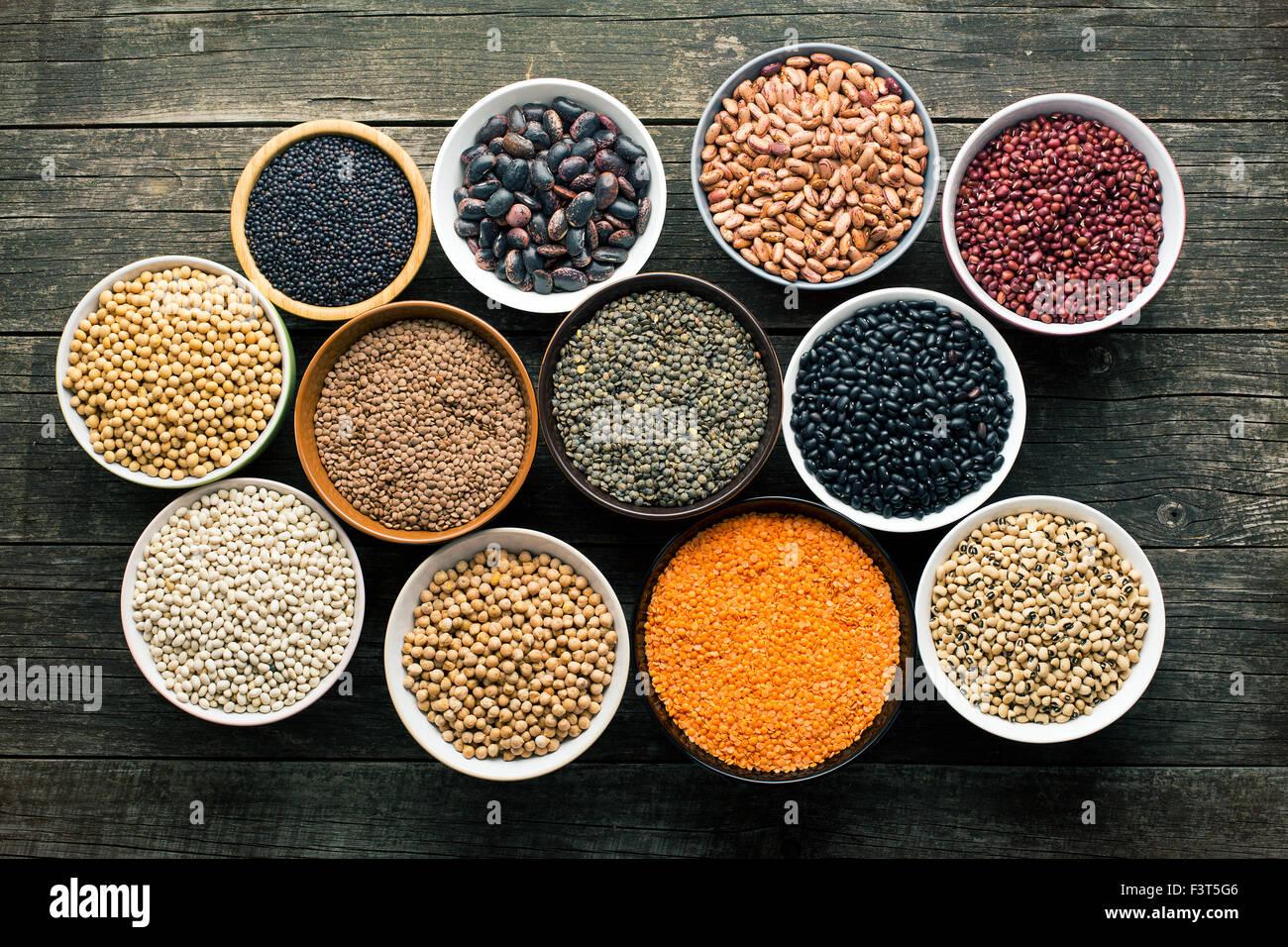 Diversas leguminosas en diferentes cuencos Imagen De Stock