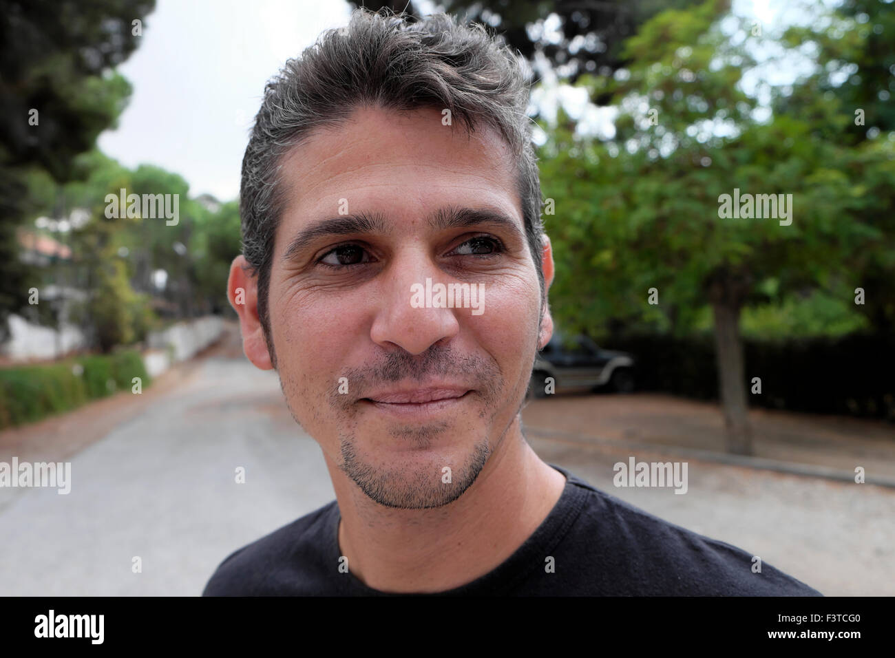 Un guapo hombre sonriendo chipriota de pie fuera en la parte septentrional de Chipre KATHY DEWITT Imagen De Stock