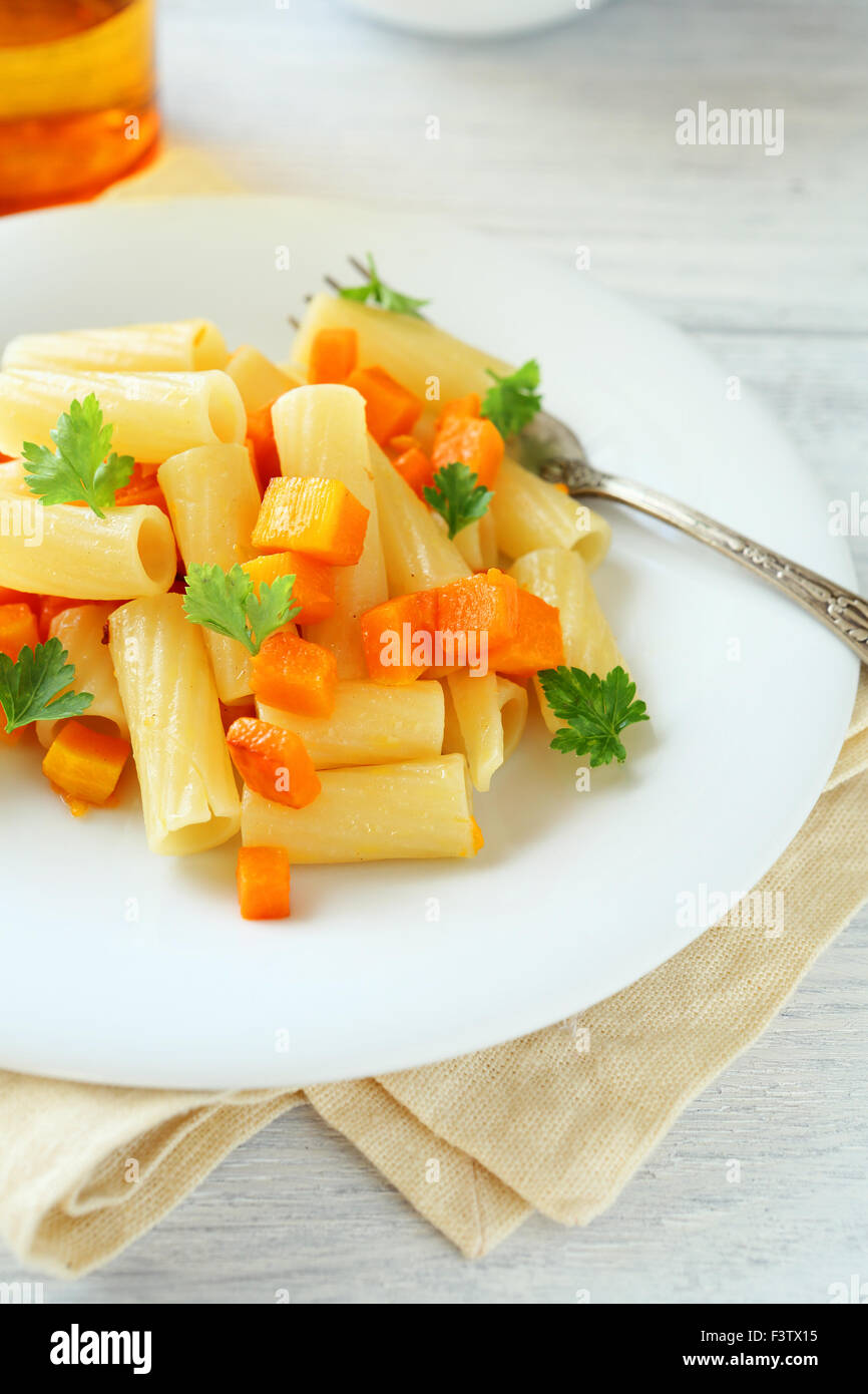 Pasta con zanahorias en un plato, la comida Imagen De Stock