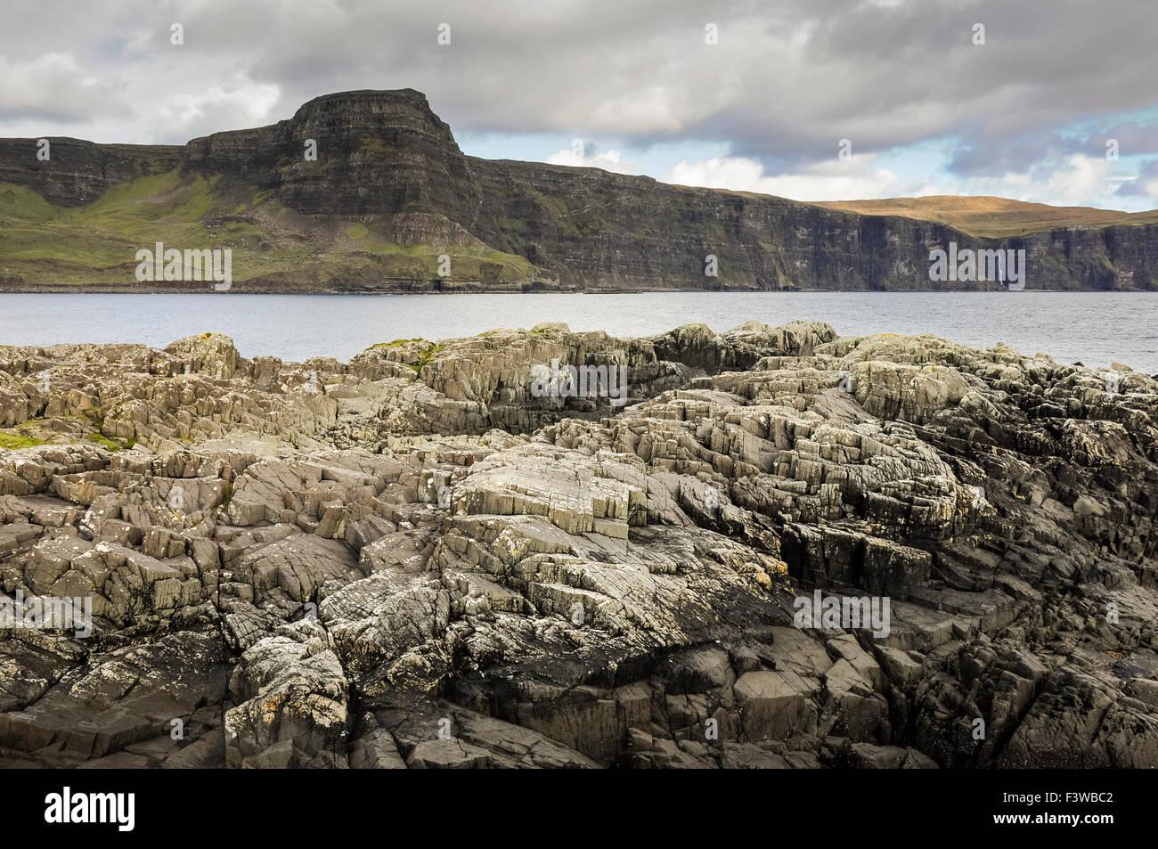 Waterstein Head en la Isla de Skye, Escocia. Costa rocosa en primer plano. Foto de stock