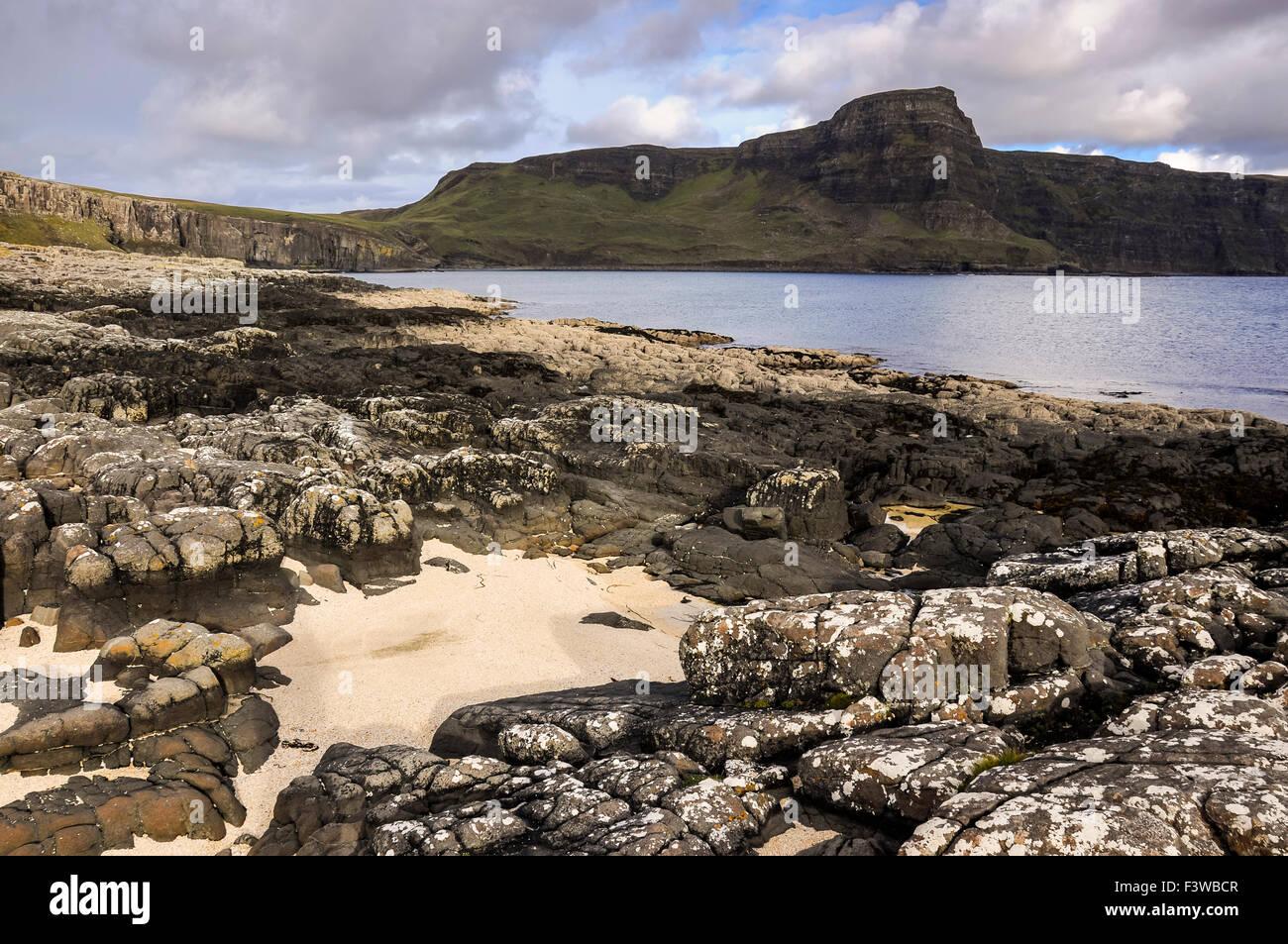 Waterstein Head en la Isla de Skye, Escocia. Una pequeña playa con arena pálido en primer plano. Foto de stock