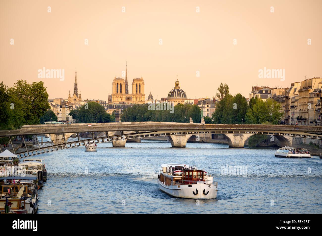Río Sena en París con pasarela puente de Solferino. En la distancia, la catedral de Notre Dame y el Institut Imagen De Stock
