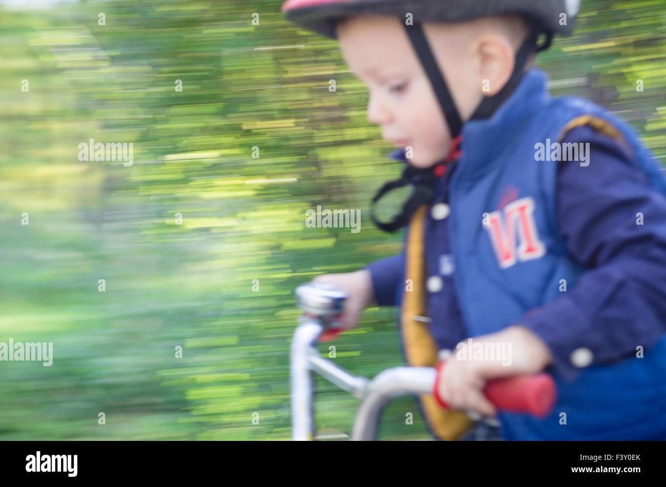 Pequeño niño bicicleta Foto de stock