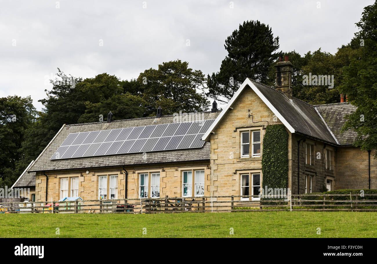 Paneles solares en el techo de una escuela de Northumberland. Imagen De Stock