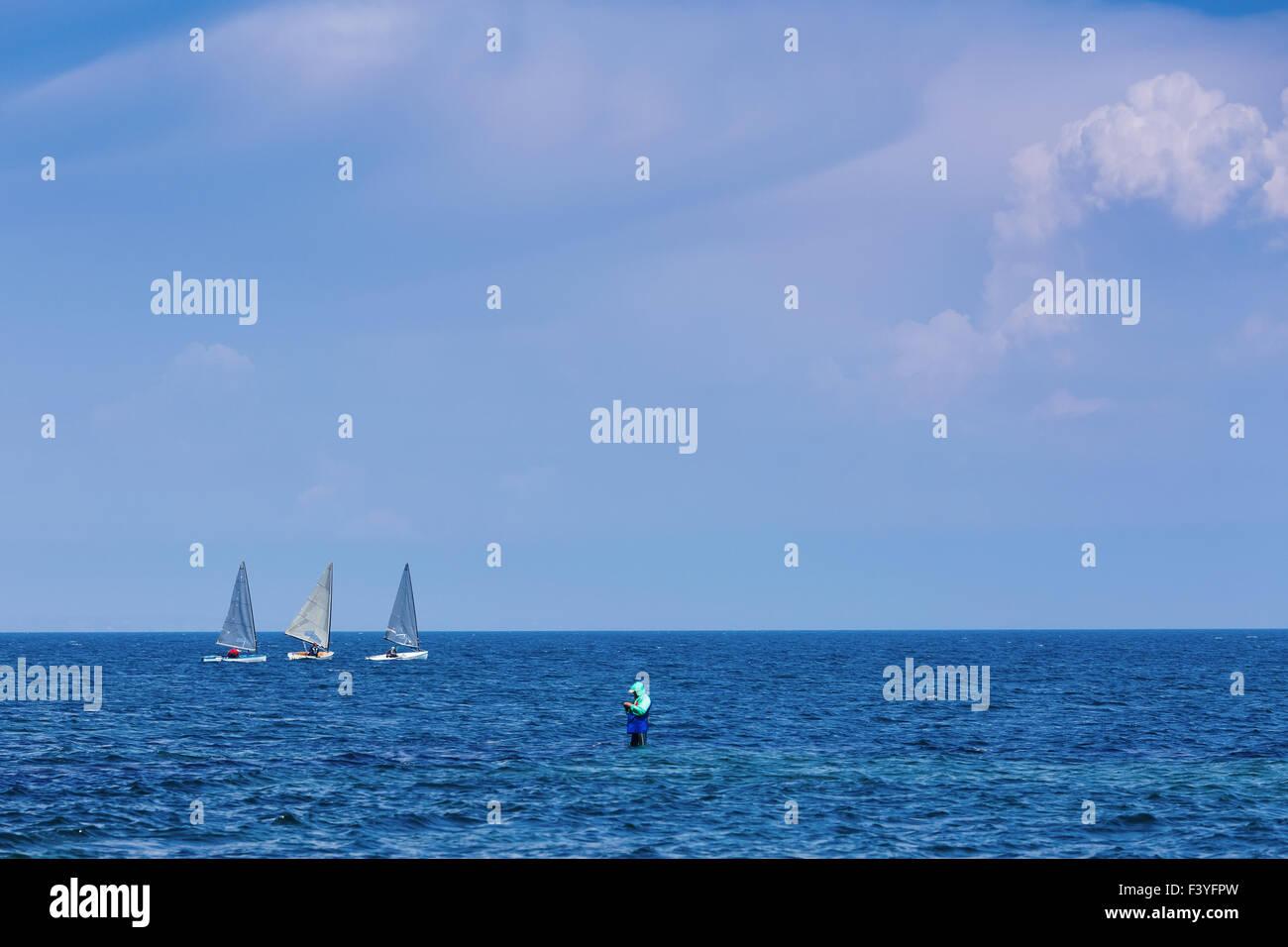 Tres centerboarder vela en mar azul abierta Foto de stock