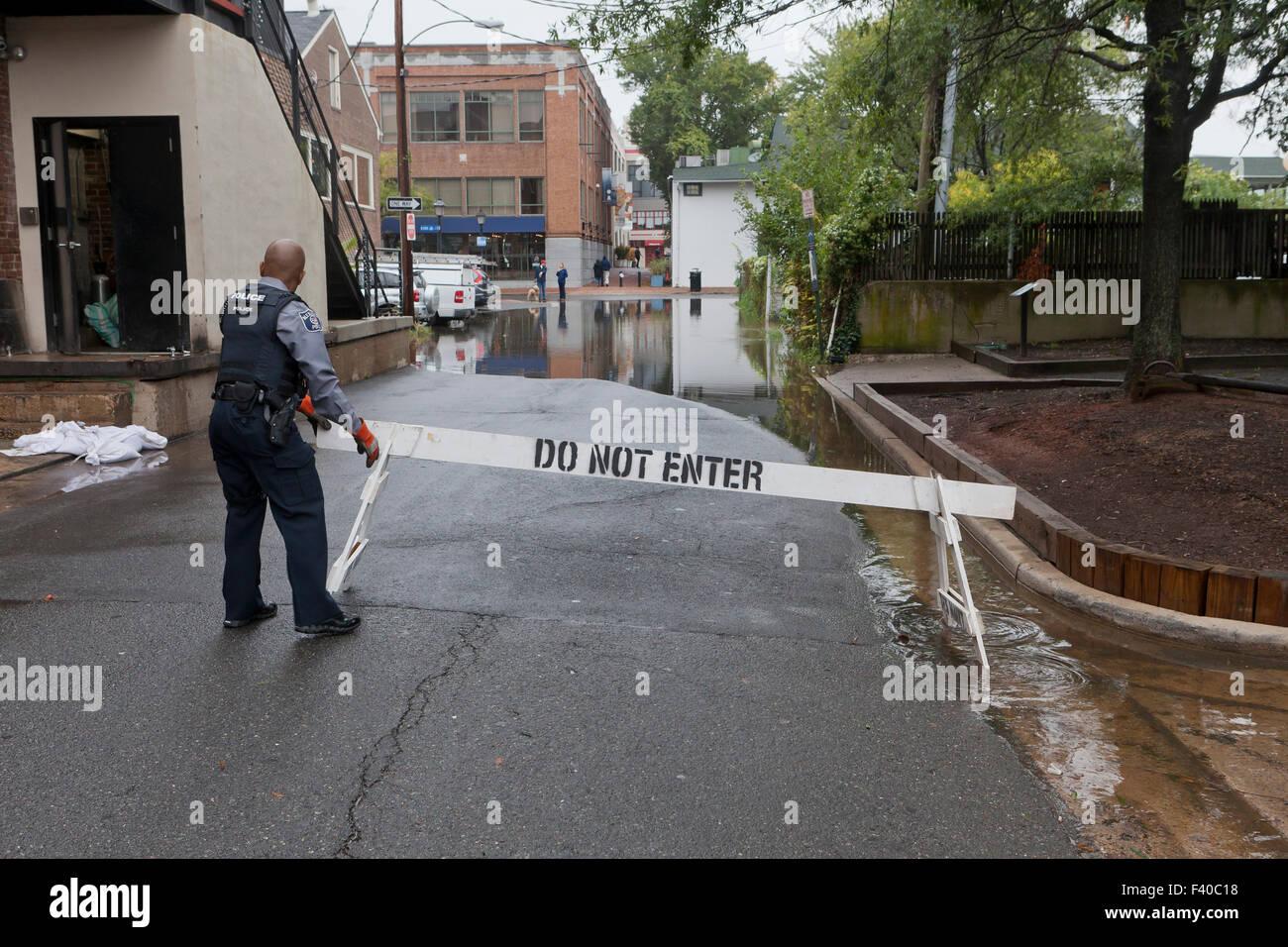 Policía bloqueando camino inundado - Alexandria, Virginia, EE.UU. Imagen De Stock