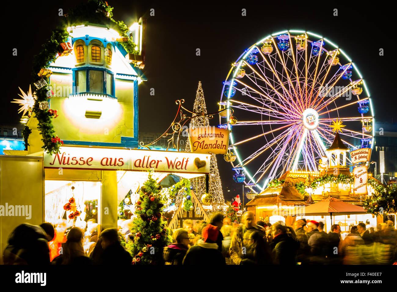 Mercado de Navidad con la noria Imagen De Stock