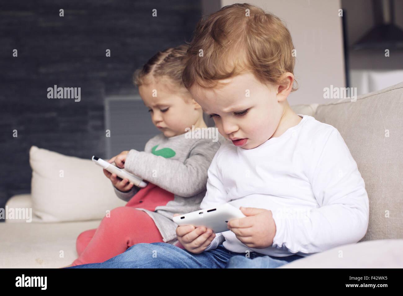 Los niños utilizar los smartphones Imagen De Stock
