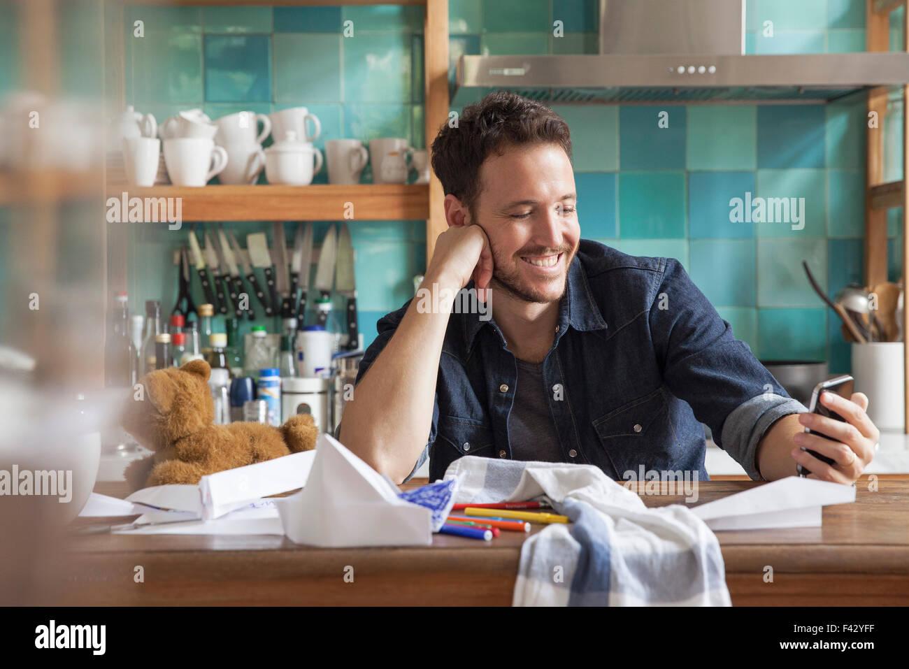 Hombre en casa utilizando el smartphone Imagen De Stock