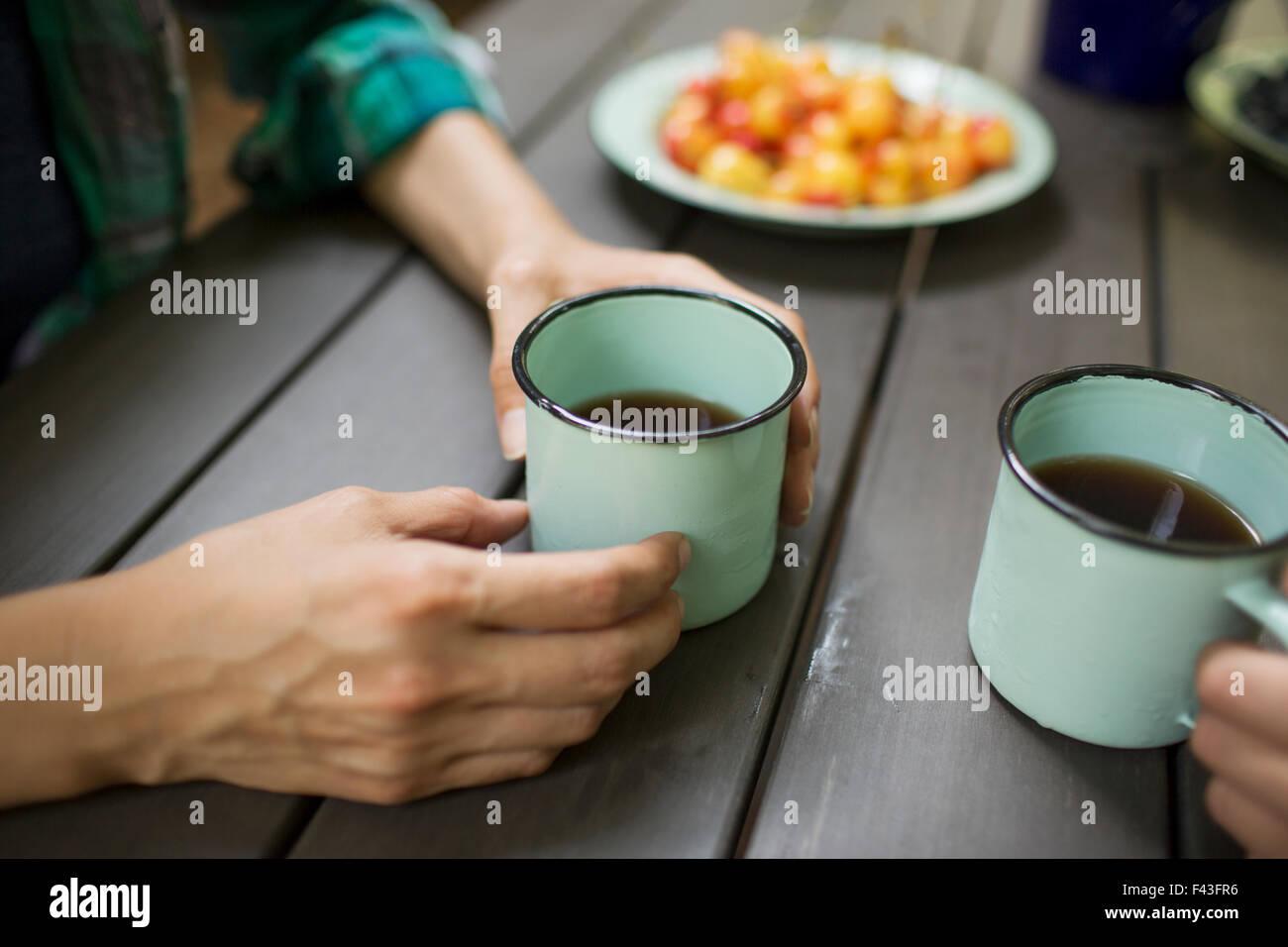 Dos personas sentadas en una mesa, beber café, visto desde arriba. Imagen De Stock