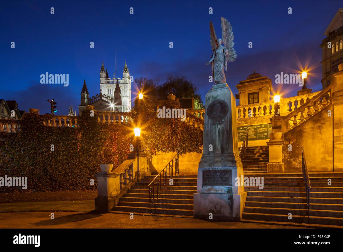 Anochecer en Parade Gardens en Bath, Inglaterra. La Abadía de Bath en la distancia. Imagen De Stock