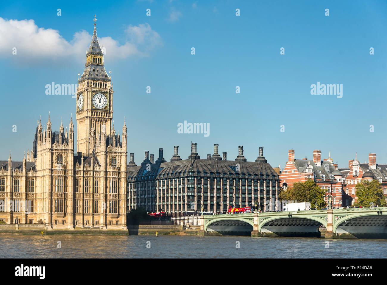 Elizabeth Tower, Las Casas del Parlamento, el puente de Westminster y Portcullis House. Este último edificio es utilizado como oficinas para MPs Foto de stock
