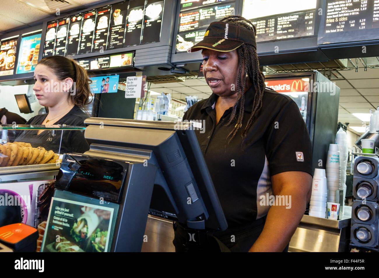 Key West, Florida Keys McDonald's restaurante de comida rápida en contra de la mujer negra uniforme empleado cajero Foto de stock