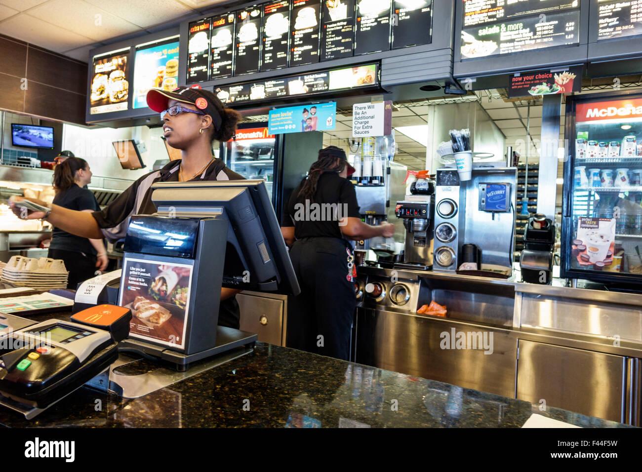 Key West, Florida Keys McDonald's restaurante de comida rápida en contra de la mujer negra uniforme empleado Imagen De Stock