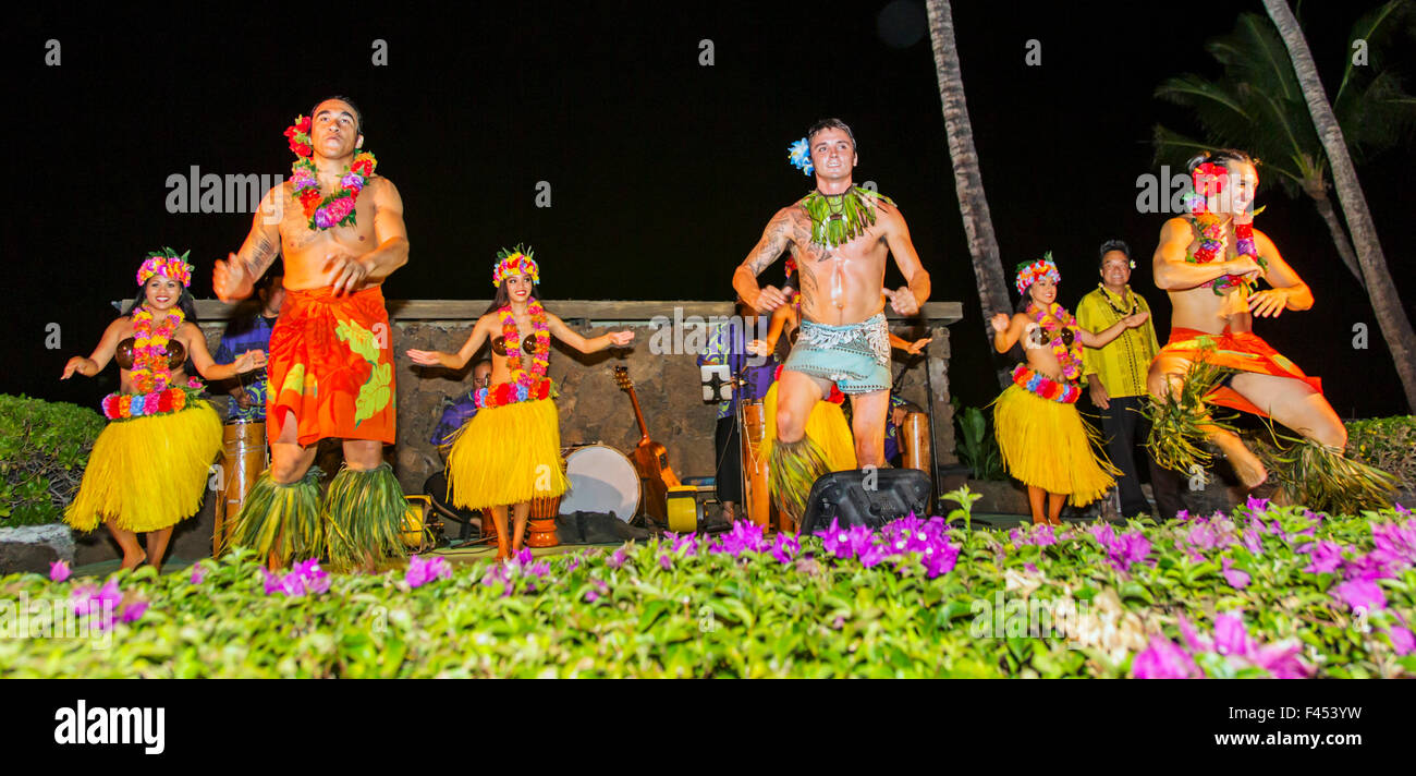 Los hawaianos nativos realizan la danza tradicional en Lua, Big Island, Hawai'i, EE.UU. Imagen De Stock