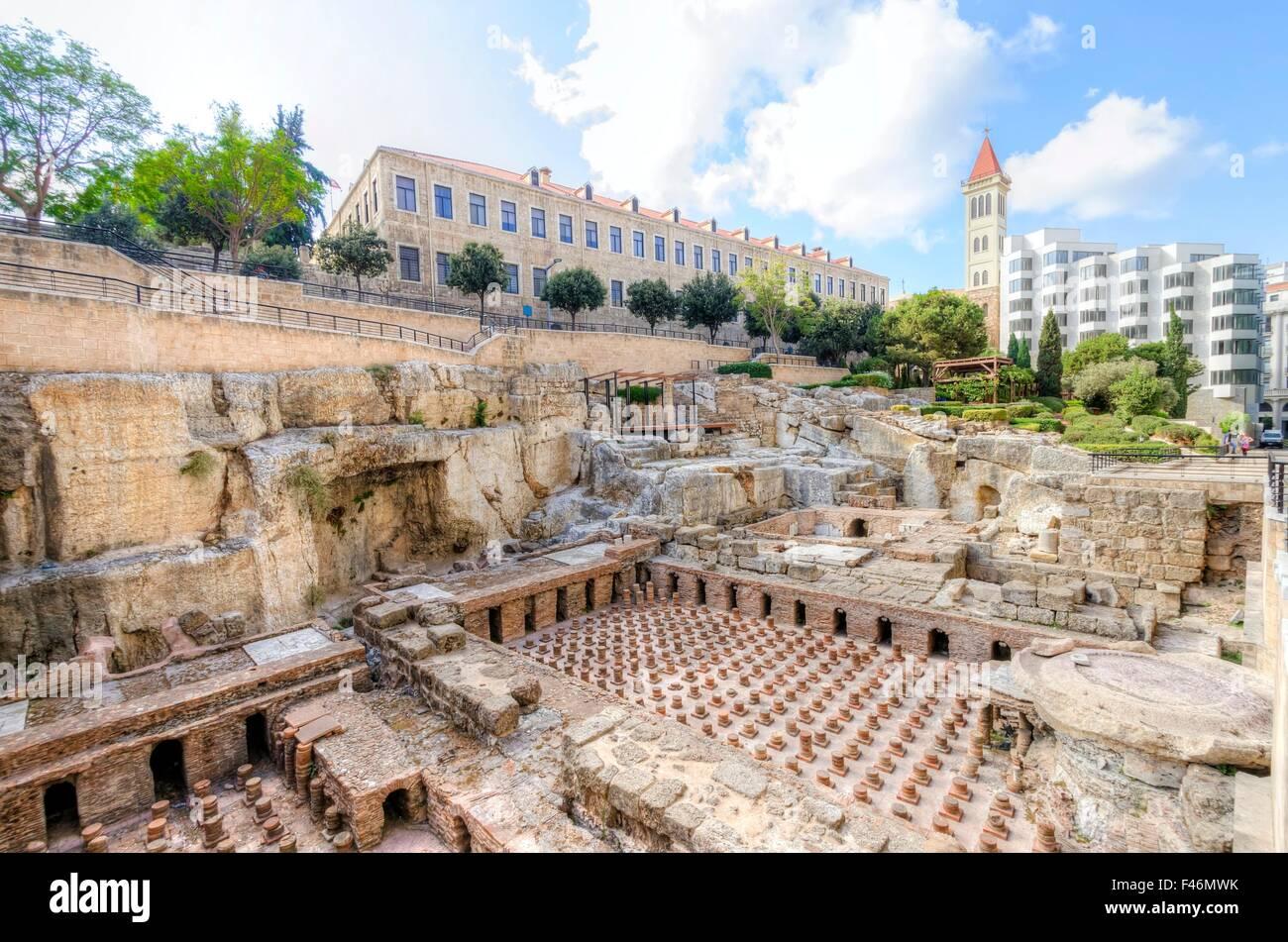 Una vista de las ruinas arqueológicas de las antiguas termas romanas descubiertas en el centro de Beirut, en Imagen De Stock