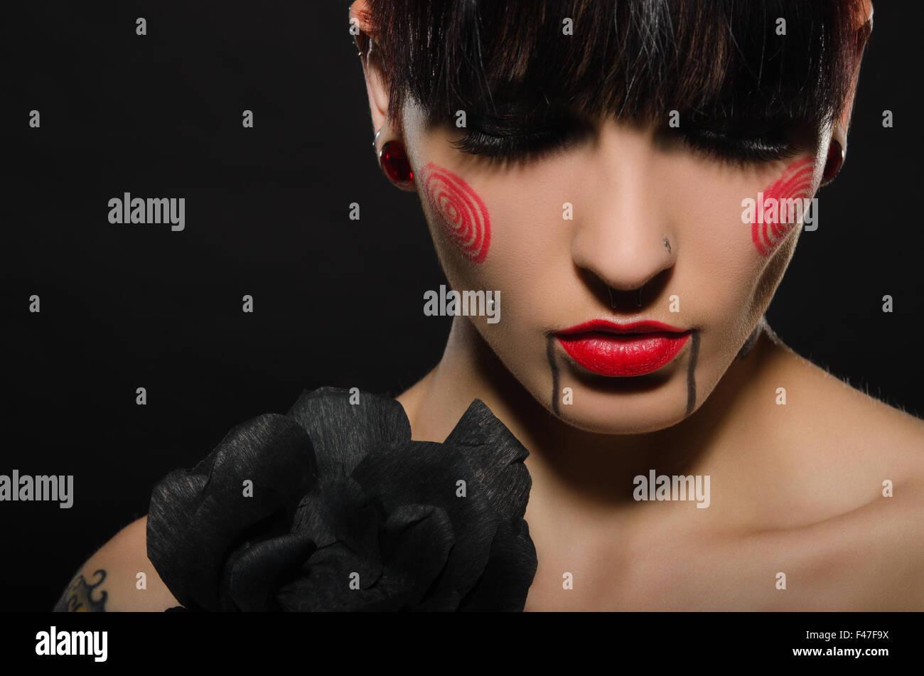 Tatuado hermosa morenita con flor negra Imagen De Stock