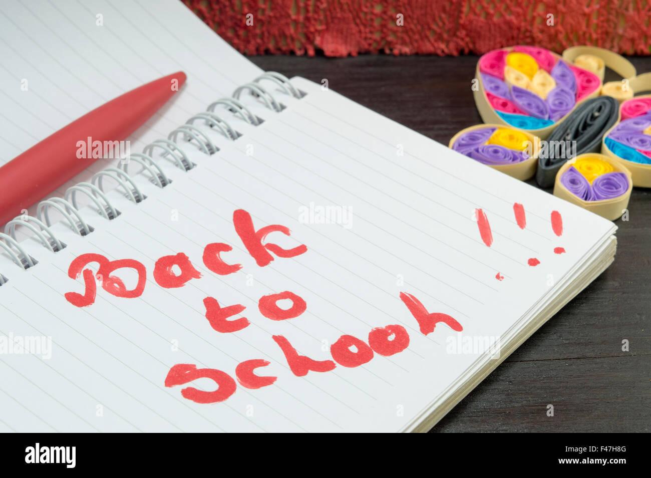 Back To School Escrito En Un Cuaderno Decorado Con Mariposas
