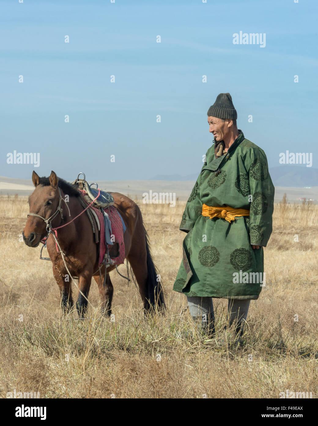 El mejor amigo del hombre, el mongol herder y su caballo en las estepas, cerca del Parque Nacional de Hustai, Mongolia Imagen De Stock