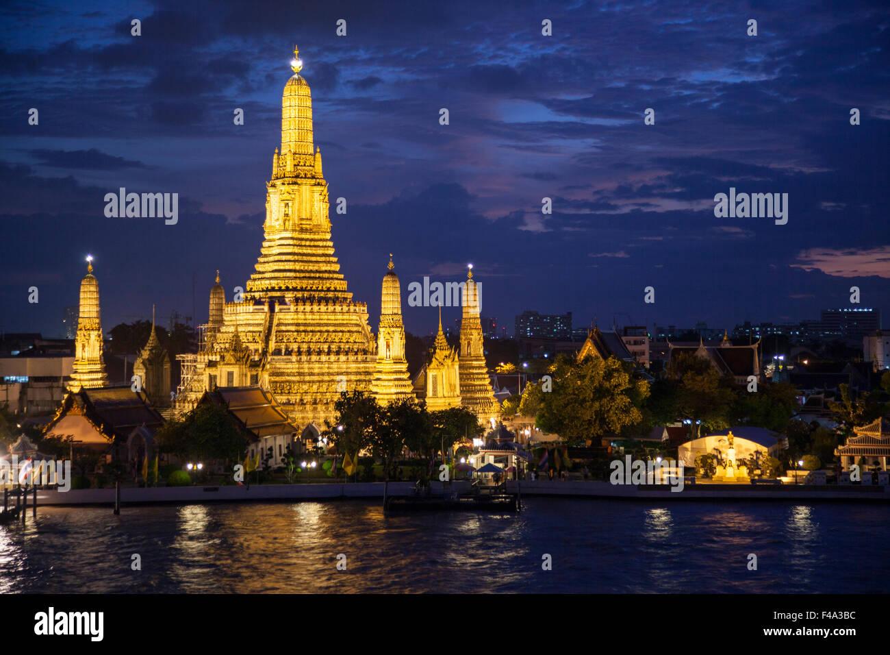 Tailandia, Bangkok, vista nocturna de Wat Arun, el templo del amanecer y el río Chao Phraya Imagen De Stock