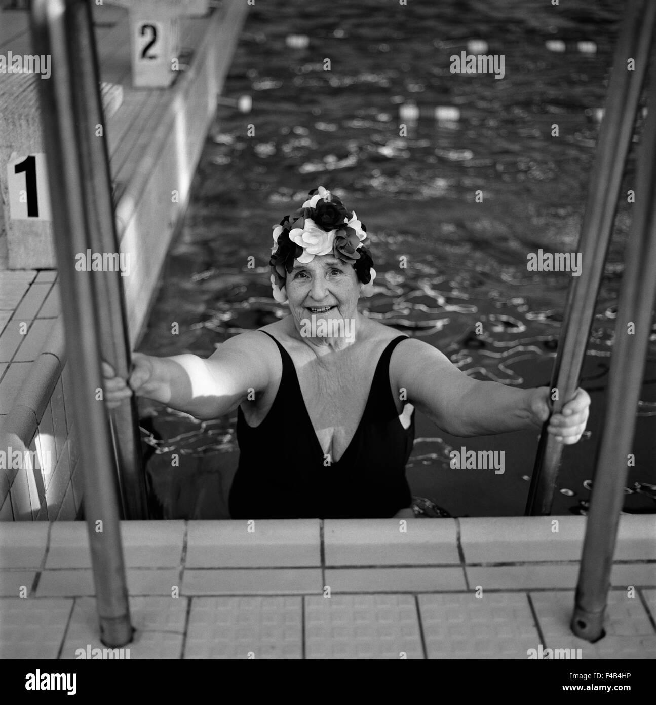 70-74 AÑOS 75-79 AÑOS actividad solo adultos trajes de baño color image anciana ejercer vista frontal Imagen De Stock