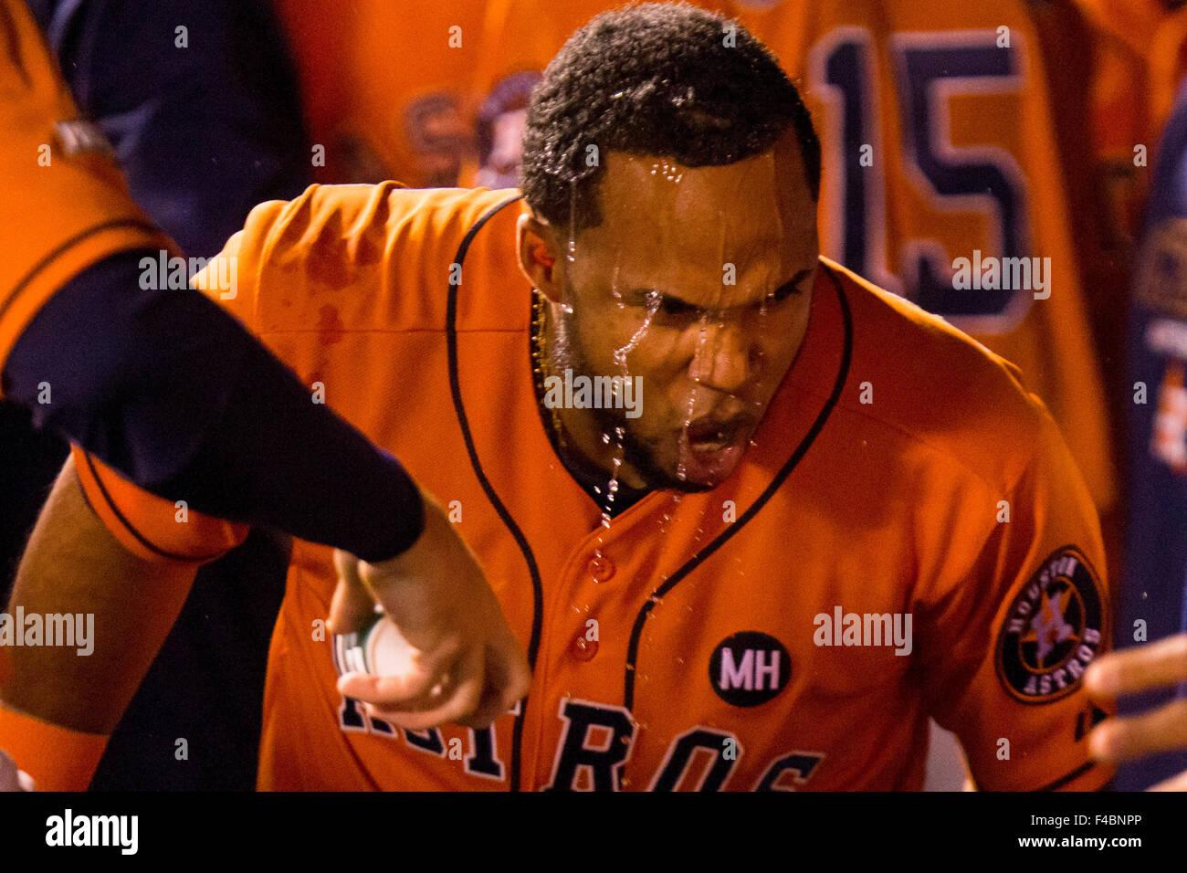 Kansas City, MO, Estados Unidos. 14 Oct, 2015. Luis Valbuena #18 de los Astros de Houston celebra después de Imagen De Stock