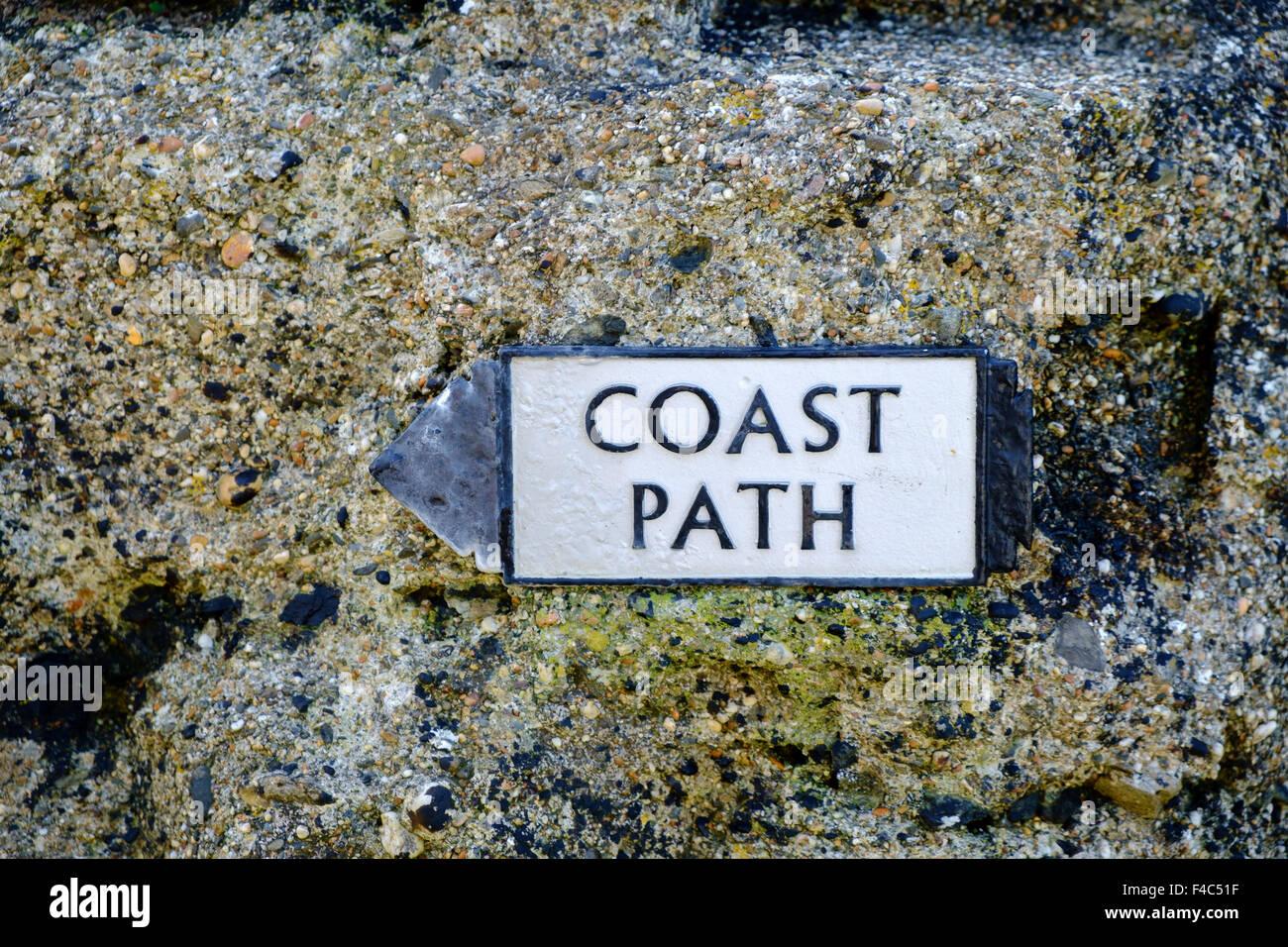 Signo de la ruta costera en la costa sur oeste de Path, la península de Lizard, Cornwall, Inglaterra, Reino Imagen De Stock