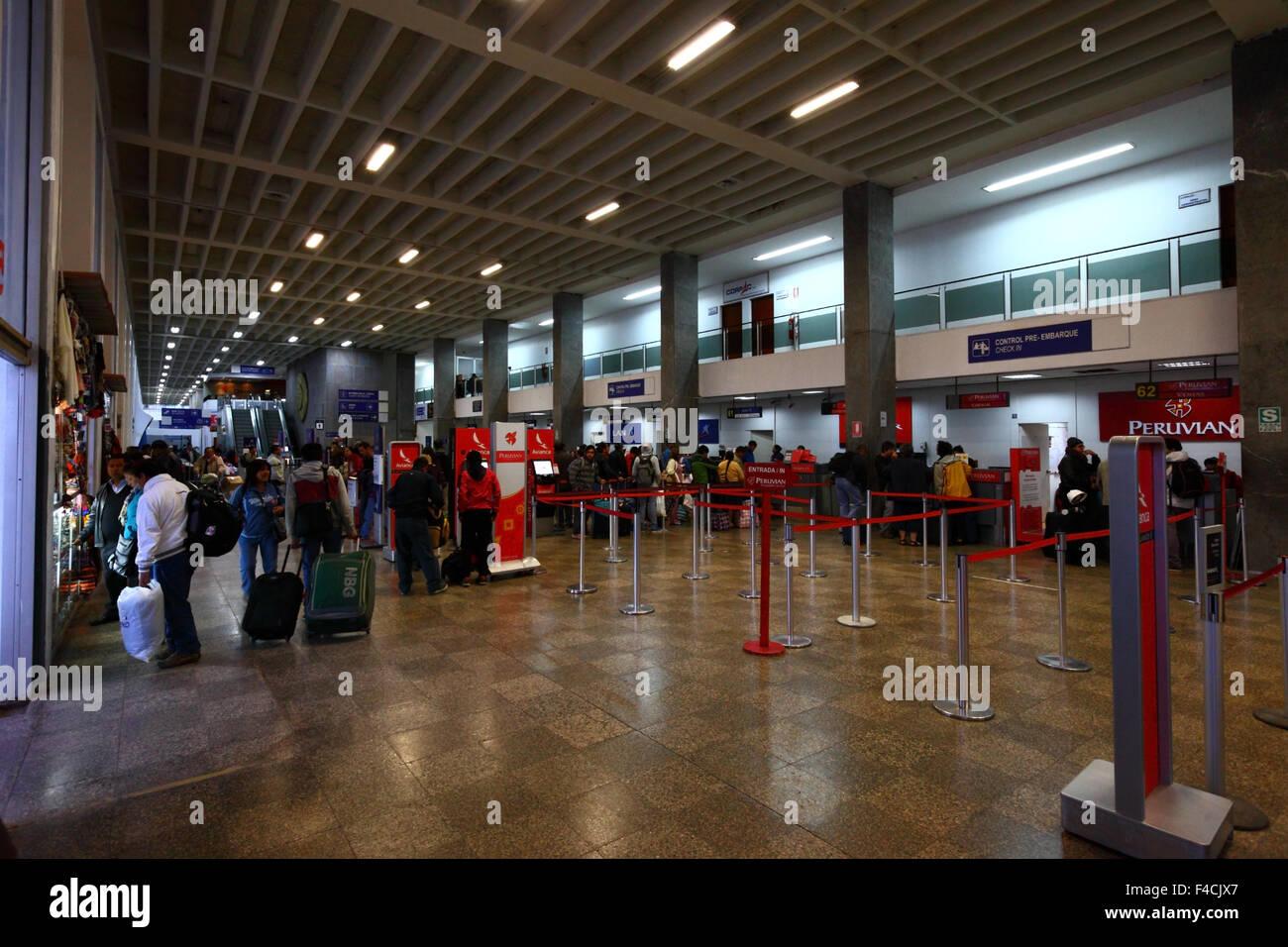 Los Pasajeros Colas En Mostradores De Facturacion En El Aeropuerto Internacional Alejandro Velasco Astete Cusco Peru Fotografia De Stock Alamy
