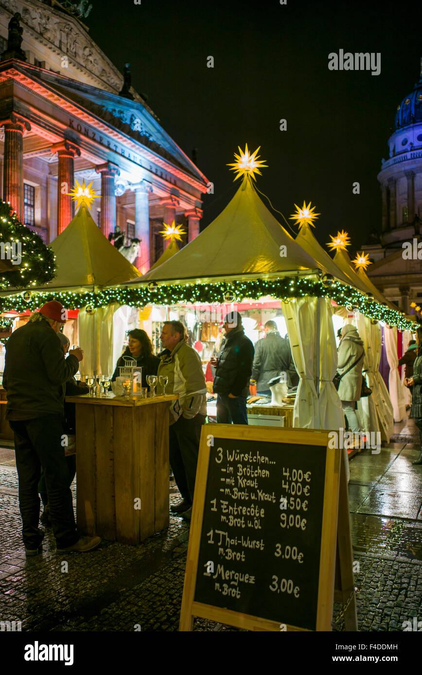 Alemania, Berlín Gendarmenmarkt, Mercado de Navidad, tienda de comida al aire libre Imagen De Stock
